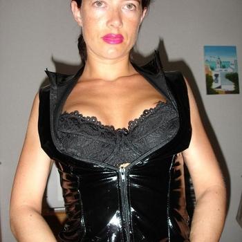 Dominante, pittige dame opzoek naar onderdanige mannen.