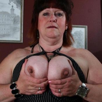 Geile mollige vrouw die haar kutje open wil zetten voor een hete pik!